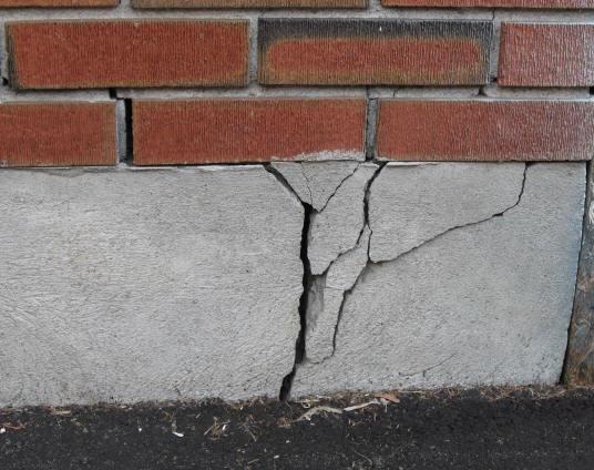Кому лучше доверить заделывание трещин в фундаменте и уплотнение грунтов?